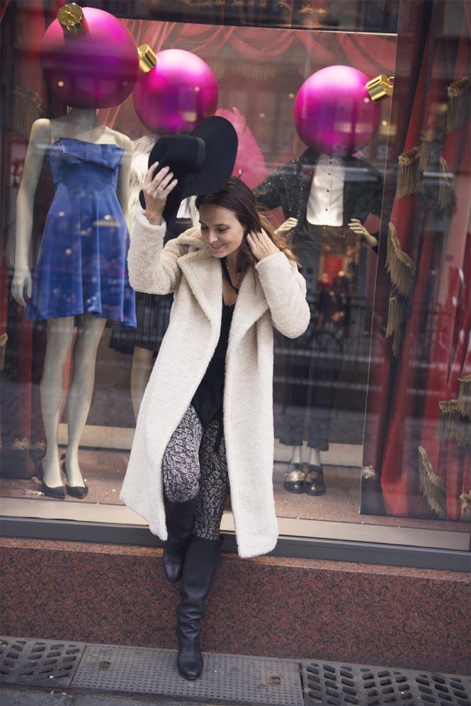 manteau beige et chapeau noir
