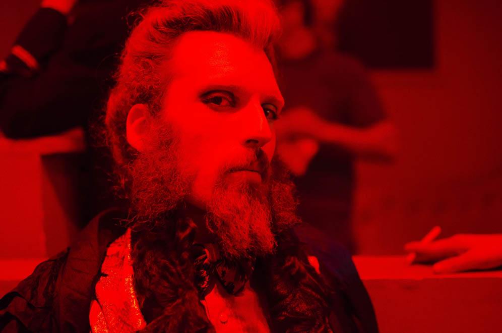 Homme barbu soirée Naco Paris