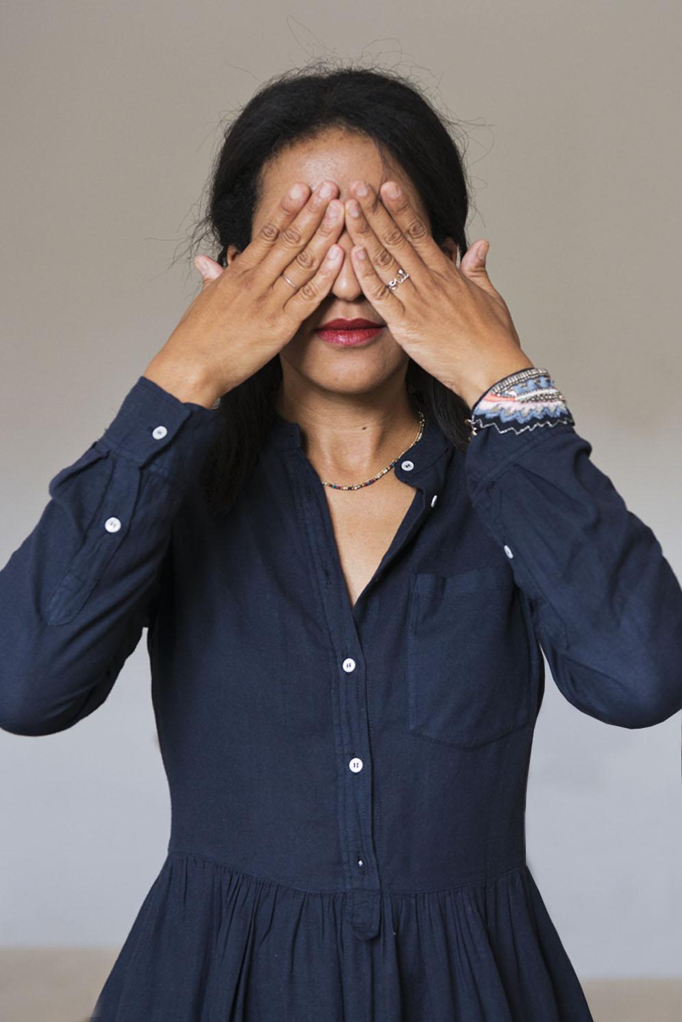 Wafa porte un collier semi précieux de la collection Room Service et un bracelet de chez Nahua disponible sur l'Eshop