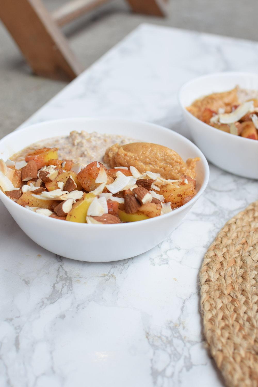 Overnight oats med kanelstekta äpplen och mandlar