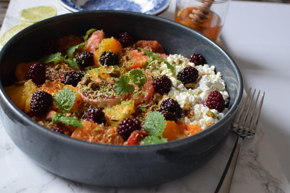 Citrusbowl med björnbär och vaniljkeso