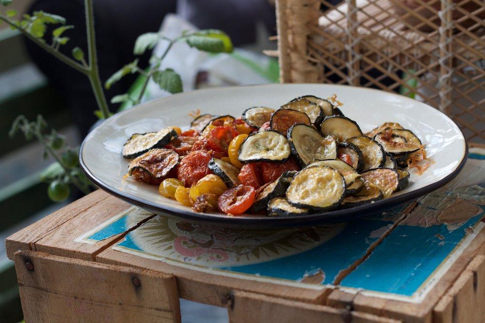 Semi-torkade zucchini och tomater med parmesan