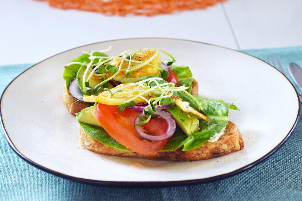 Öppen macka med avocado och halloumi
