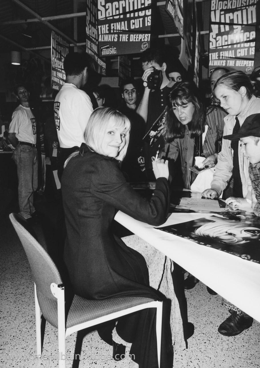 merril-bainbridge-signing-autographs.jpg