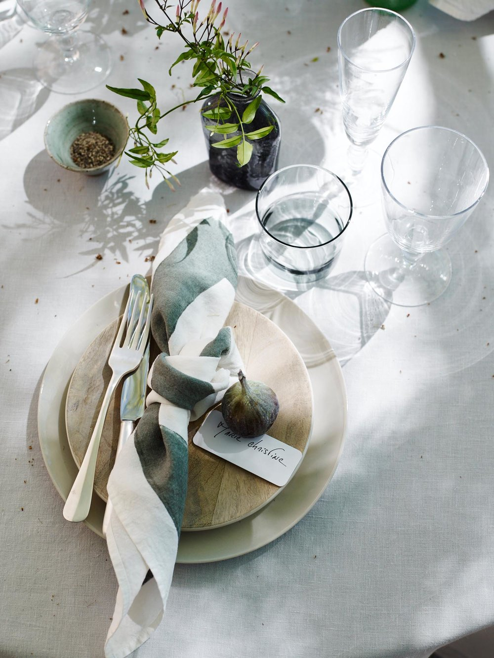 2.HomesAndGardensAug16EmmaLeeAliceHartAliBrownProvenceOutdoorDiningPlaceSetting.jpg