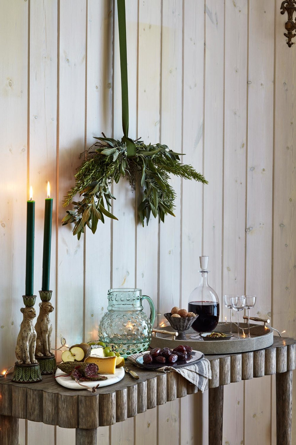 32.HomesAndGardensJan17SimonBrownMarinaFilippelliAliBrownFestiveEntertainingServingTable.jpg