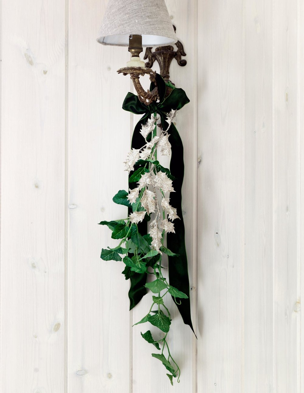 39.HomesAndGardensJan17SimonBrownMarinaFilippelliAliBrownFestiveEntertainingWallLightDecoration.jpg