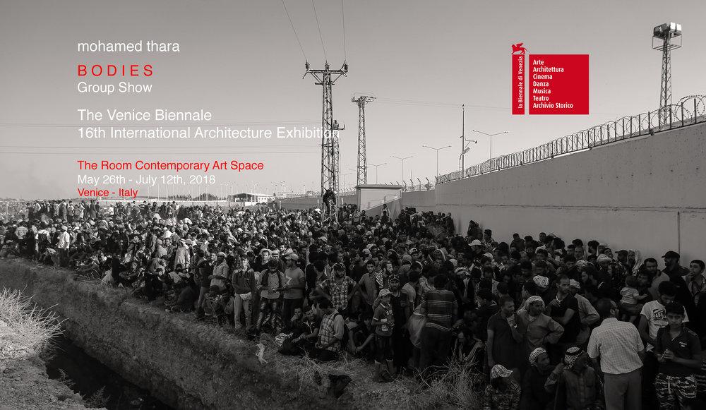Mohammed Thara à la Biennale d'architecture de Venise 2018.   Il dévoile une installation vidéo et des photographies issues de la série «Flagra» et «Frontera».  Le Maroc sera présent à la 16ème édition de la Biennale d'architecture de Venise qui se déroulera jusqu'au 12 juillet. Ainsi, il sera représenté par l'artiste pluridisciplinaire Mohamed Thara. Celui-ci participe à l'exposition internationale «Bodies» à travers une installation vidéo «As Long As I Can Hold My Breath», 2017, trois photographies de la série «Flagra» 2017 et une photographie de la série «Frontera» 2018. Pour sa première œuvre, il met en scène le naufrage d'un bateau de migrants au sud de l'île italienne de Lampedusa.  «Hanté par la tragédie de Lampedusa du 3 octobre 2013, au large de la Libye, aux frontières de l'Europe, ce montage visuel retrace l'horreur cauchemardesque des 400 cadavres qui sont remontés à la surface» , indique l'artiste.  La deuxième vidéo met en lumière le bleu du ciel, envahi par le ballet gracieux des oiseaux migrateurs quittant l'Europe pour l'Afrique. En ce qui concerne la deuxième œuvre de la série «Flagra», l'artiste dévoile des photographies ambiguës et mystérieuses.  «Elles interrogent la question de l'identité et de l'espace vide stratifié, labyrinthique et conflictuel avec des restrictions formelles, utilisant des ruelles étroites, des portes fermées ou des impasses sans issue dans la quasi-obscurité. Comme un spectre ou un fantôme, la présence de la silhouette sans visage de la femme en noir qui porte le niqab, se repère en fonction de l'espace qui l'entoure lors de son déplacement au sein de l'espace» , peut-on lire dans une note d'information. Enfin, sa dernière photographie issue de la série «Frontera» 2018 présente la «crise des réfugiés» en Europe.  Mohamed Thara expose ses œuvres aux côtés d'artistes venus de plusieurs pays. Parmi lesquels on retrouve Gaia Adducchio (Italie), Jean-Marie Gitard (France), Stanislava Stoyanova (Bulgaria) et autres. Pour rappel,