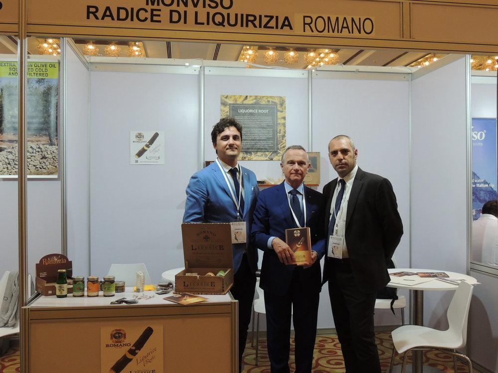 In foto: Il SG della IICUAE, Mauro Marzocchi con due espositori di BuonaItalia Trade Show (Romano Liquirizie) e il representative della IICUAE, Avv. Luigi Blasio.