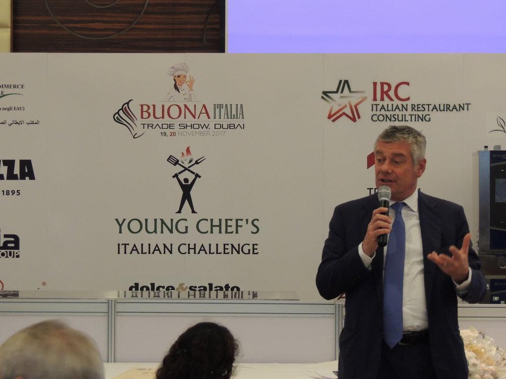 """In foto: Paolo Pininfarina, Presidente di Exclusive Brands Torino (presente in fiera come espositore) e BoD della IICUAE. Alcuni momenti della presentazione di EBT ai presenti, successiva a 'Piedmont Region in Dubai""""."""