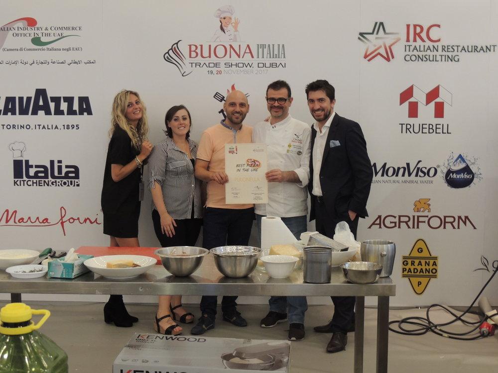 """In foto: Benedetta Bottoli (IICUAE), Aira Piva e Giorgio Lorenzon (IRC) con i titolari della pizzeria Pulcinella di Dubai, vincitrice della nomina """"Best Pizza in the UAE""""."""