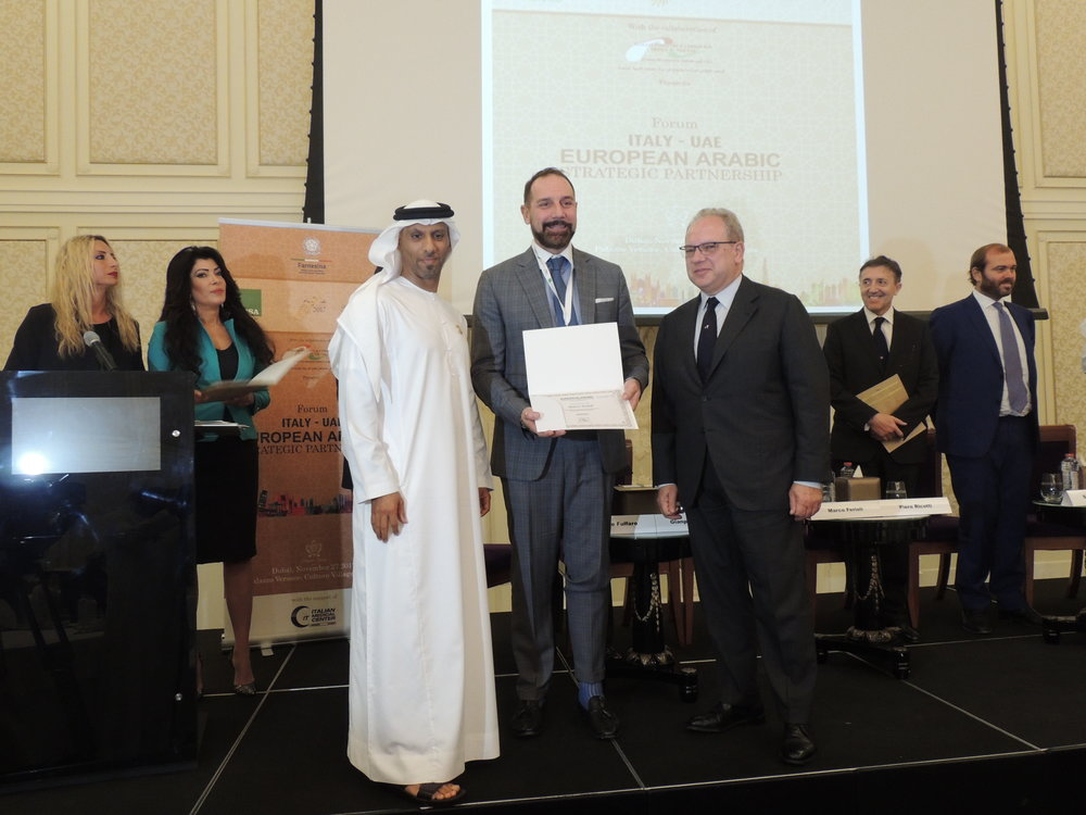 "Il Presidente della IICUAE, S.E. Sheikh Mohammed Bin Faisal Al Qassimi e Giuseppe Cerbone, CEO di ANSA,  durante la consegna dell'attestato di partecipazione all'evento Italy-Eau: European Arabic Strategic Partnership"" a Marco Ferioli, General Manager of Sace Middle East."