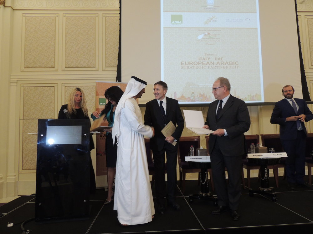 "Il Presidente della IICUAE, S.E. Sheikh Mohammed Bin Faisal Al Qassimi e Giuseppe Cerbone, CEO di ANSA,  durante la consegna dell'attestato di partecipazione all'evento Italy-Eau: European Arabic Strategic Partnership"" a Piero Ricotti, Vice Presidente della IICUAE."