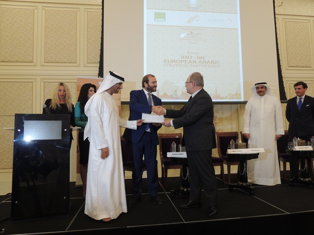 "Il Presidente della IICUAE, S.E. Sheikh Mohammed Bin Faisal Al Qassimi e Giuseppe Cerbone, CEO di ANSA,  durante la consegna dell'attestato di partecipazione all'evento Italy-Eau: European Arabic Strategic Partnership"" a Simone Improta, CEO of Italian Medical Center, main sponsor dell'evento."