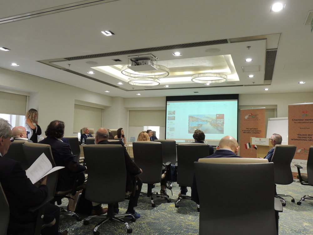 "Martina di Bartolomeo, stager della IICUAE, presenta ""Ca' Foscari Desk in the World""."