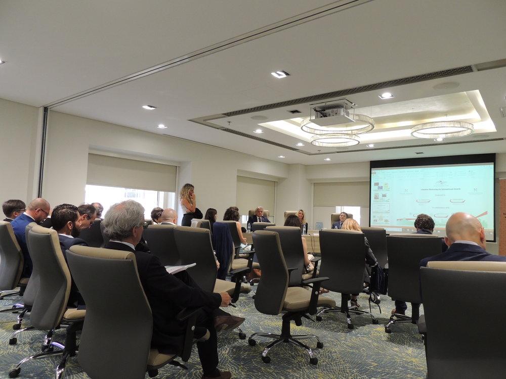 Camilla Francesca Martra, Seminar e Conference Manager della IICUAE, illustra ai numerosi presenti il Gulf International Congress 2017 e il Progetto Mentoring.