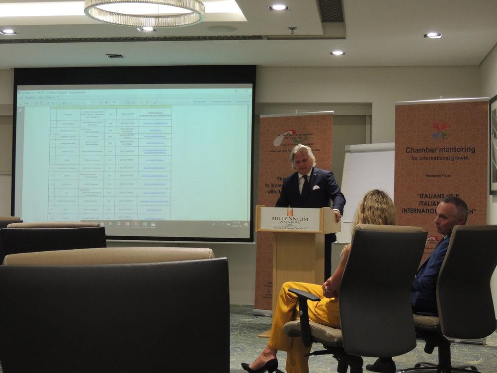 Il neo-eletto Vice Presidente della IICUAE, Silvano Marinotti, mentre parla ai numerosi presenti.