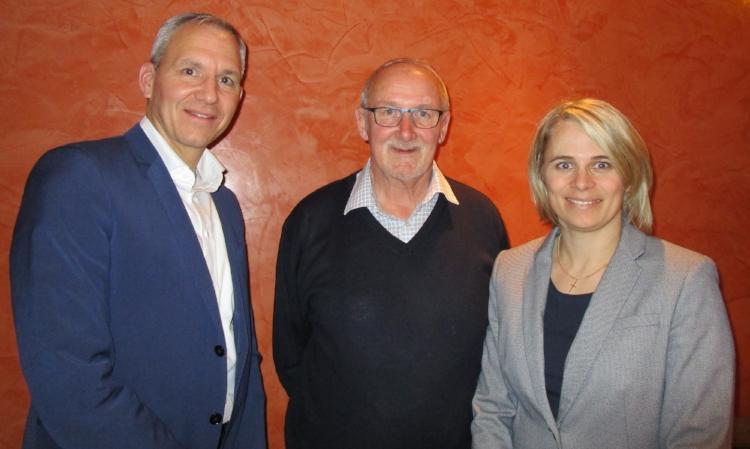 vlnr: Oliver Flühler (Präsident SVP Freienbach), Franz Merlé (abtretender Gemeinderat) und Monika Lienert (Gemeinderatskandidatin)