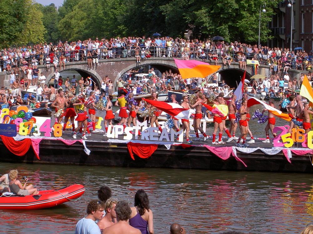 2048px-Amsterdam_Gay_Pride_2004_Canal_parade_-009-1024x768.jpg