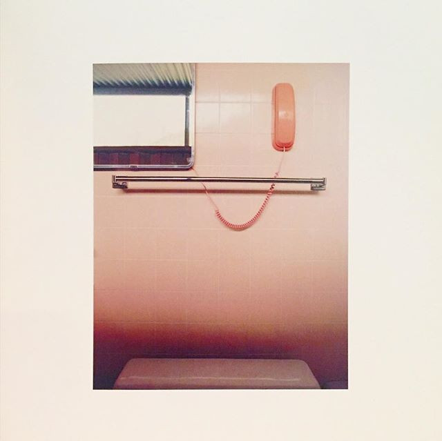 Paging through a book featuring the homes of iconic modernist architects and designers and this pink phone in the bathroom of Albert Frey's Palm Springs house is KILLING ME. 📞💗