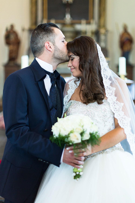 baiser couple eglise.jpg