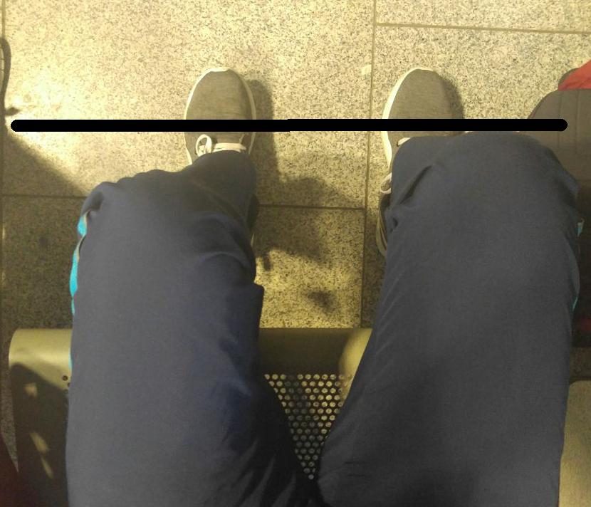 Left knee slights behind right