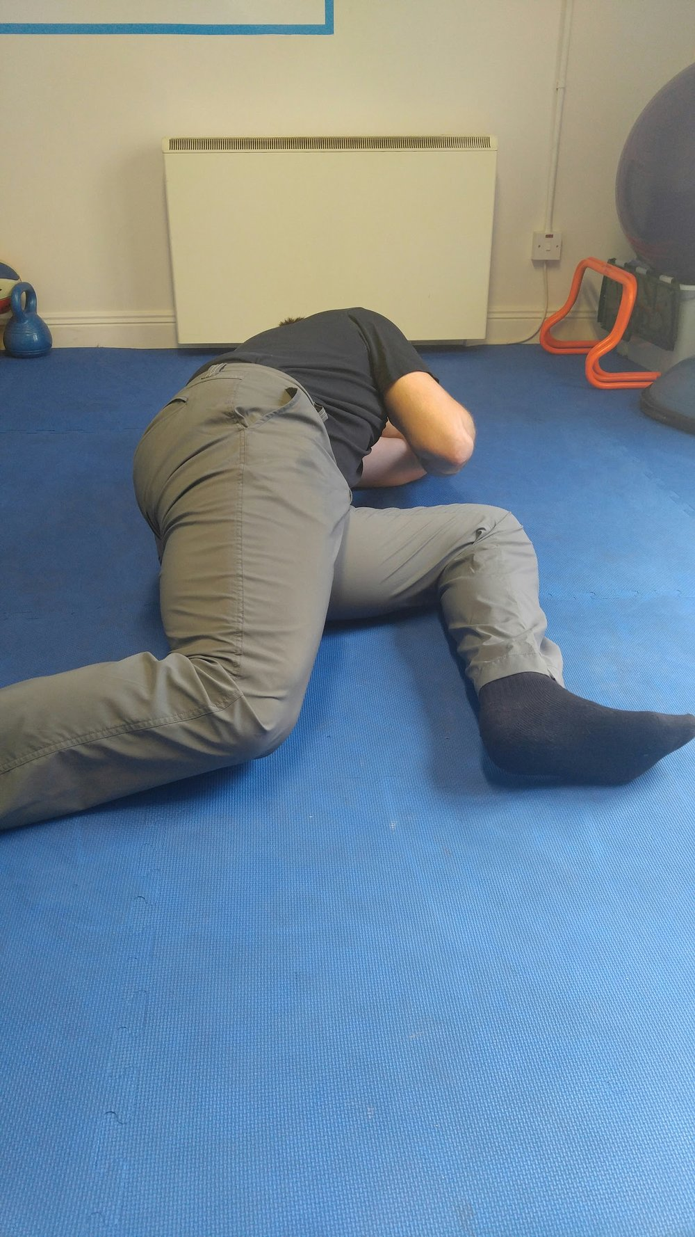 Hip extension + knee dropping to the matt