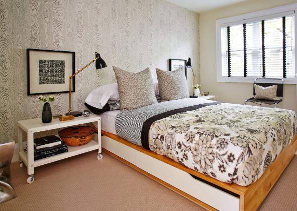Este dormitorio de Sarah Richardson , más moderno agrega el color muy oscuro, sólo en la ropa de cama y en detalles de los blinds y el mobiliario.