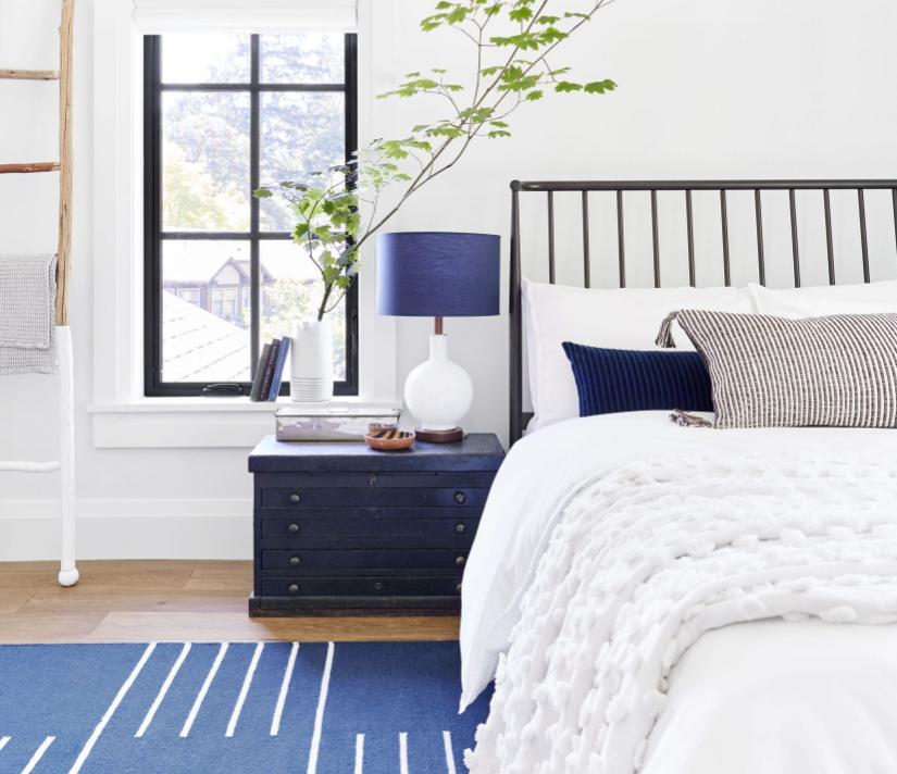 Si hay un color ideal para un dormitorio, es el azul. No en vano es el color del descanso. Puedes incorporarlo en casi cualquier tonalidad. Dormitorio de  Emily Henderson.