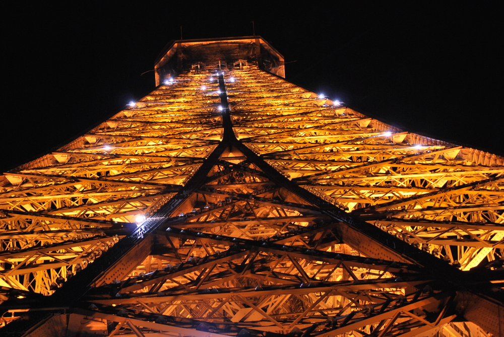 4/Visit the Eiffel Tower at night