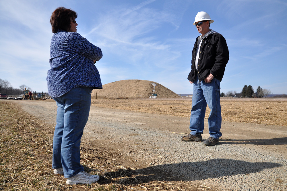Janet Miller speaks with a worker near the well pad on the Millers' property. Relations with the workers have been cordial, though unstable—workers come and go regularly, so it has been difficult to establish a long-term rapport.   ©    Brian Cohen/MSDP 2012