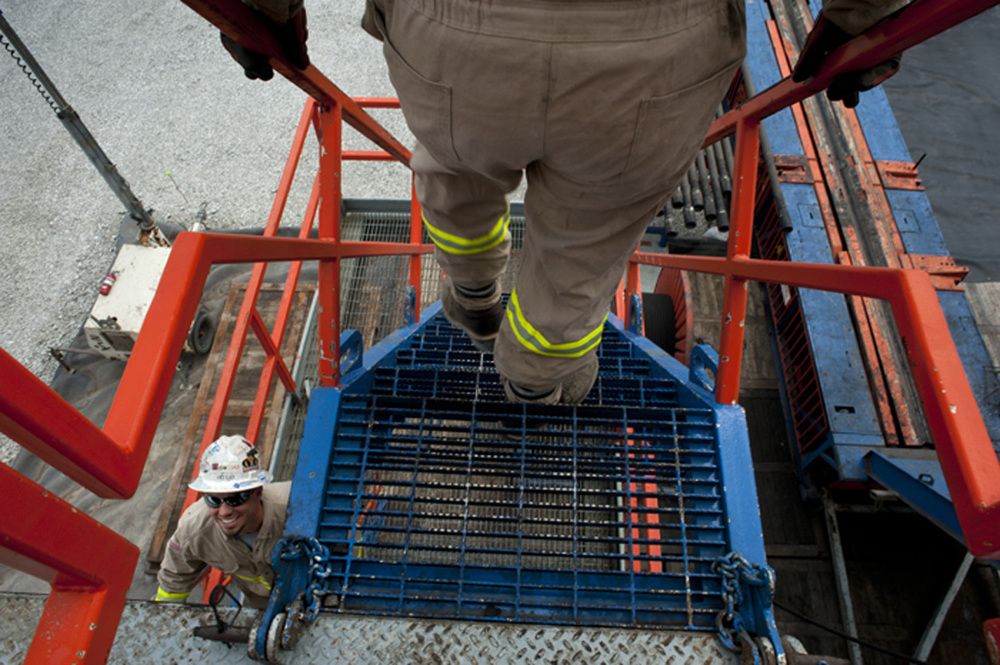 Workers departing the NV-41 rig.  ©   Martha Rial/MSDP 2012