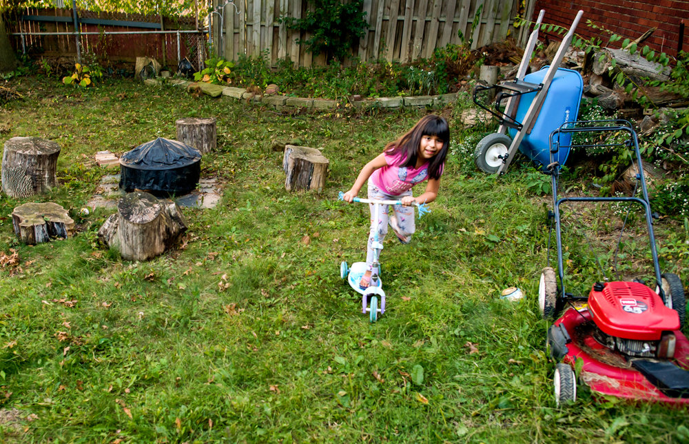 Brianna Ibarra Romano, age seven, plays in the backyard.  © Nate Guidry/TDW 2017