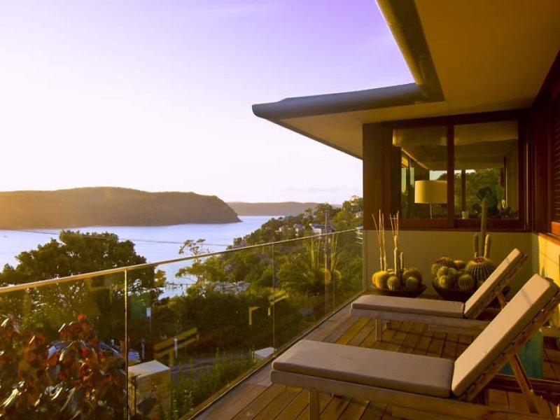 Located on the crest of the divide between the famous sands of Palm Beach and the yachtsman's paradise of Pittwater.