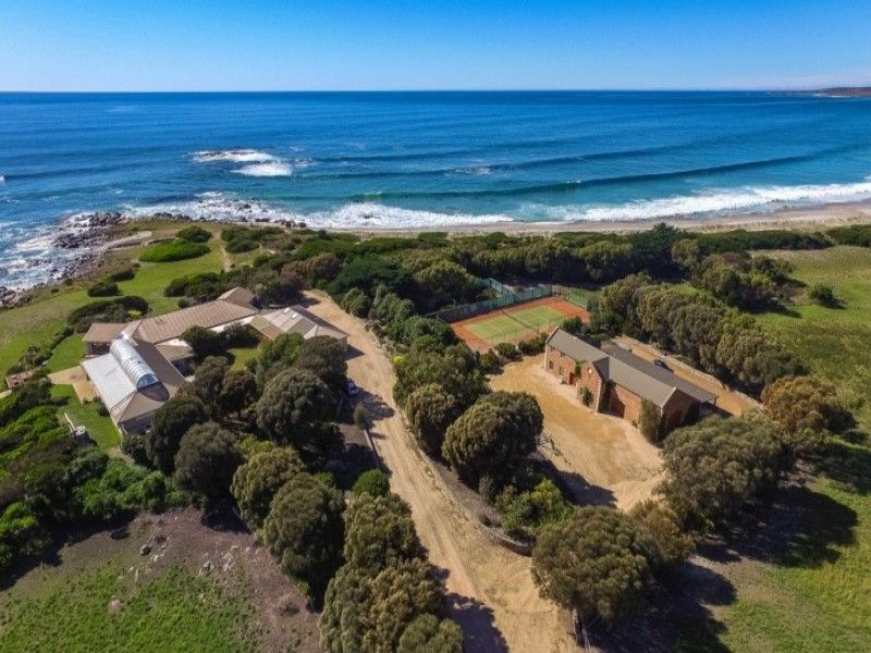 C1988 'Mariposa' residence and outbuildings bask passively in an historic, unspoilt waterfront setting, alike to the magnificent butterfly from which the property takes its name.