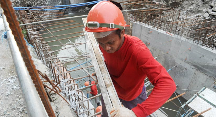 The government is resorting partly to debt to help finance infrastructure spending planned at more than P8 trillion up to 2022, when President Rodrigo R. Duterte ends his six-year term. -- AFP