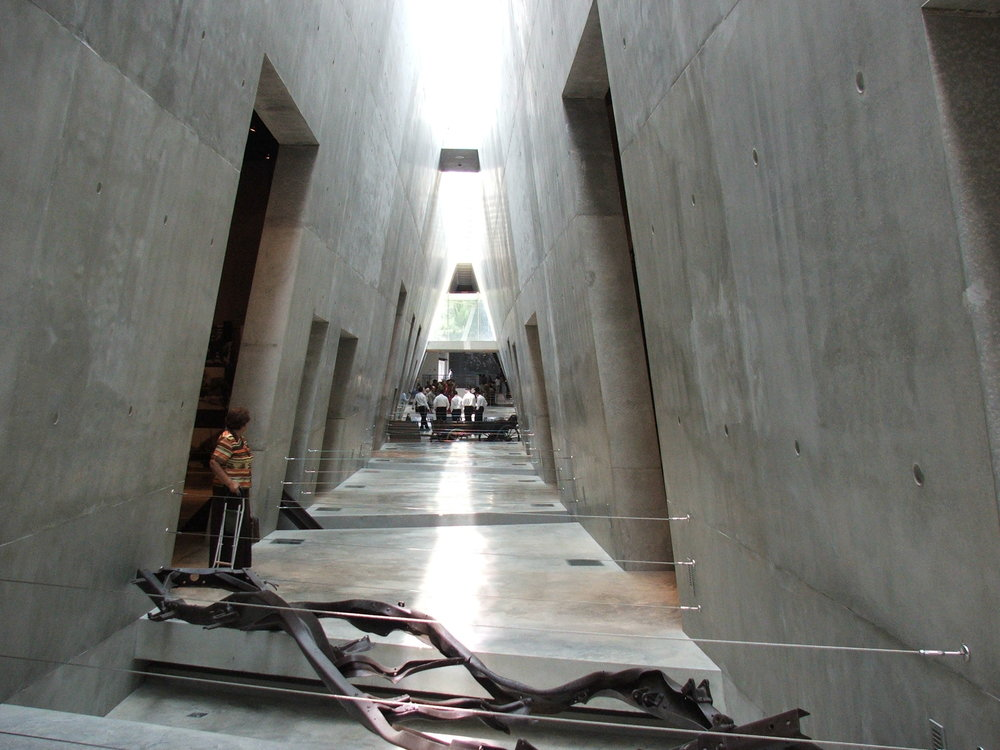 Yad Vesham | The Holocaust Martyrs' and Heroes' Remembrance Authority in Jerusalem. Designed by Moshe Safdie. Image of the main circulation atrium (Mémorial de Yad Vashem).