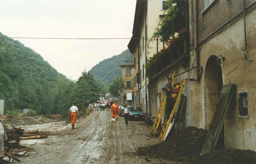 Pontestazzemese, sui luoghi dell'alluvione, 21 giugno 1996