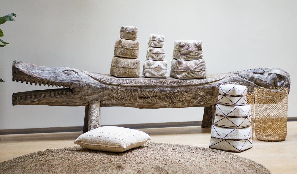 Crocodile sculpté dans un arbre, 2900 €  et boites brodées de perles  à partir de 40 €, vannerie,  H.40 cm, 62 €, tapis tissé en fibres végétales D.200 cm, 290 €, Coussin, 59 €.jpg