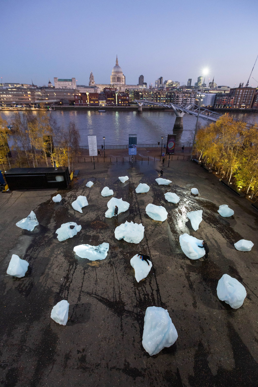Ice Watch by Olafur Eliasson and Minik Rosing, Supported by Bloomberg Installation: Bankside, outside Tate Modern, 2018 / Photo: Justin Sutcliffe / © 2018 Olafur Eliasson