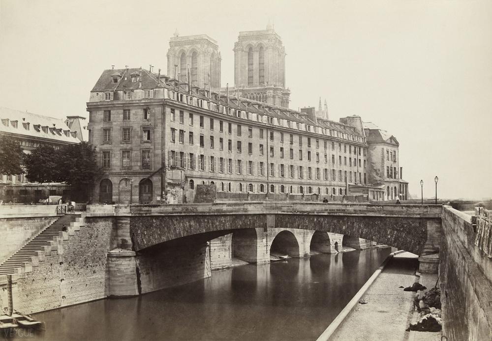Charles Marville - Hôtel-Dieu de Paris,Île de la Cité, Paris IVe. vers 1867. Source:Ville de Paris / BHVP.Lien