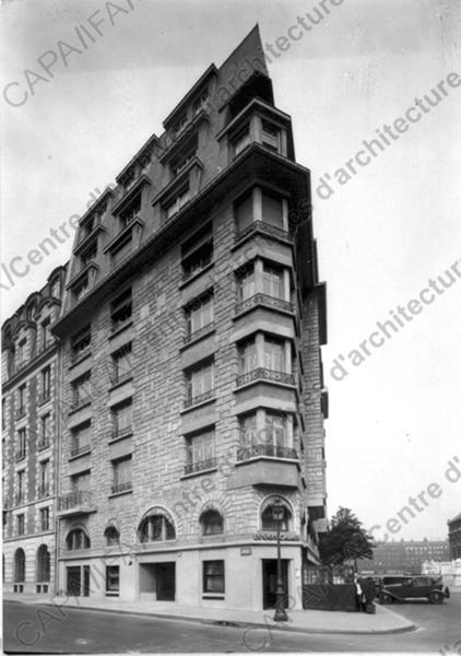 Vue des façades de l'immeuble à l'angle du quai des Orfèvres et de la place Dauphine  Crédits: SIAF / Cité de l'Architecture et du Patrimoine / Archives d'architecture du XXe siècle  Source  Lien