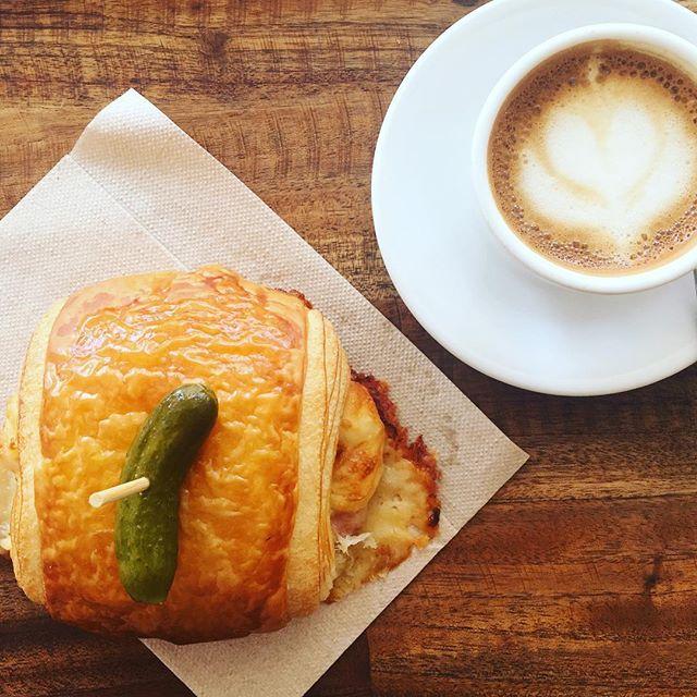 Perfect quick lunch time! Jambon fromage croissant / ham & cheese croissant @breeoshbakery . . #hamandcheesecroissant #lovepickles #artisanalbakery #montecito #california #santabarbara #coastvillageroadmontecito #openeveryday #machiatto