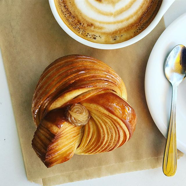 A new brioche...braided brioche with vanilla caramel on the top. . . #braidedbrioche #caramel #vanilla #breeoshbakery #pierrelebaker #santabarbara #montecito #frenchbakery #coastvillageroadmontecito #foodporn #soigne #cyrilvanderstuyft