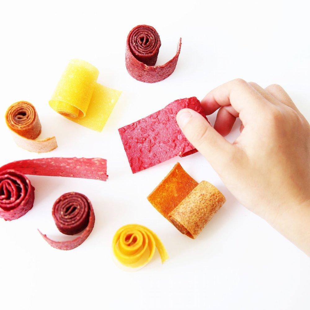 MATTIES - MATTIES van Tante Toos worden met de hand gemaakt van puur fruit en soms ook wat kruiden.Omdat bij het maken van deze MATTIES de hele vrucht wordt gebruikt en alles onder een temperatuur van 46 graden blijft, zitten alle vezels en goede voedingsstoffen zoals vitamines en mineralen nog in deze gedroogde fruitmatjes.