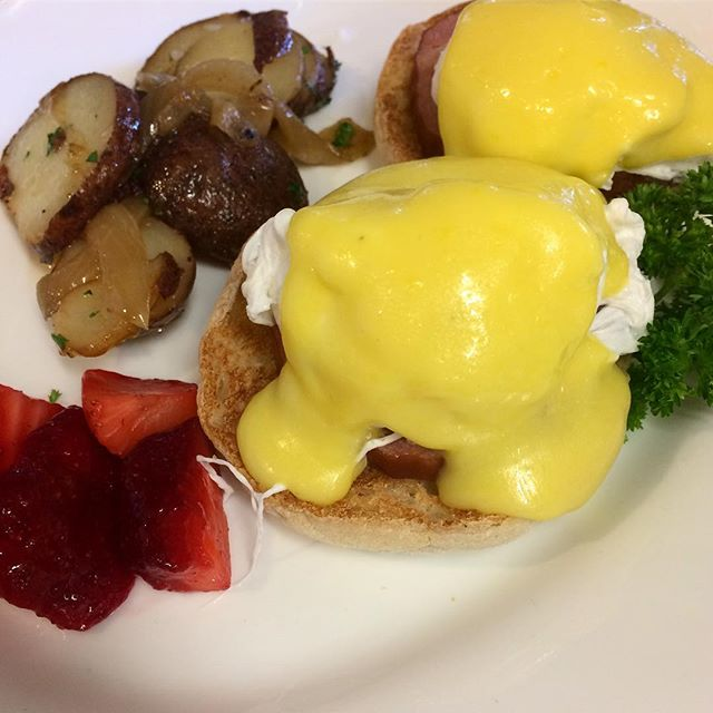 Get your fill of Eggs Benedict every Sunday from 10am-1pm! . . . . . . #FundaySunday #Brunch #EggsBenny #BreezyPointInn  #GreenwoodLake #WestMilford #Monroe #Warwick #NY #NJ