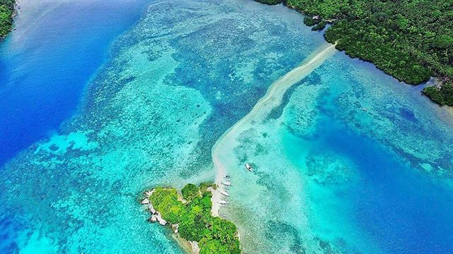 How amazing is the Philipines?! This is Snake Island which is located approx 45 minutes away from El Nido by boat. Head here at low tide with a pair of Aqua shoes to ensure you don't cut your feet on rock fish! Photo by @courtsjoe #philippines #elnido #palawan #adventure #travel #travelling #explore