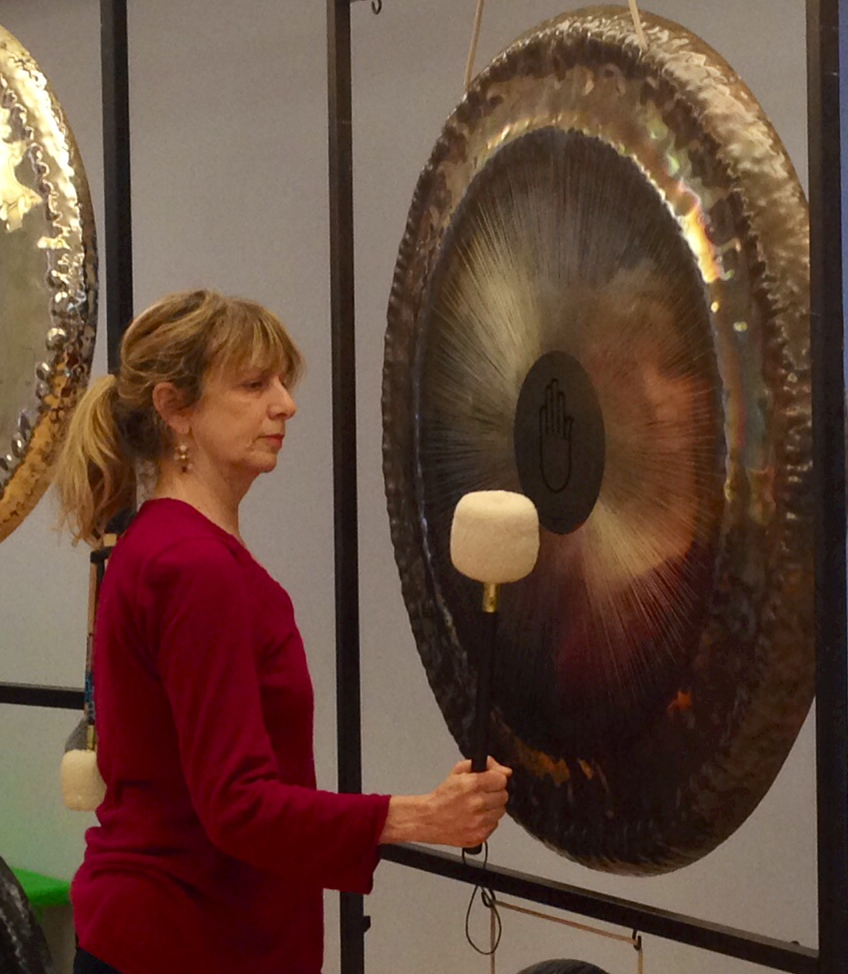Playing gong, an ancient instrument that induces deep relaxation.