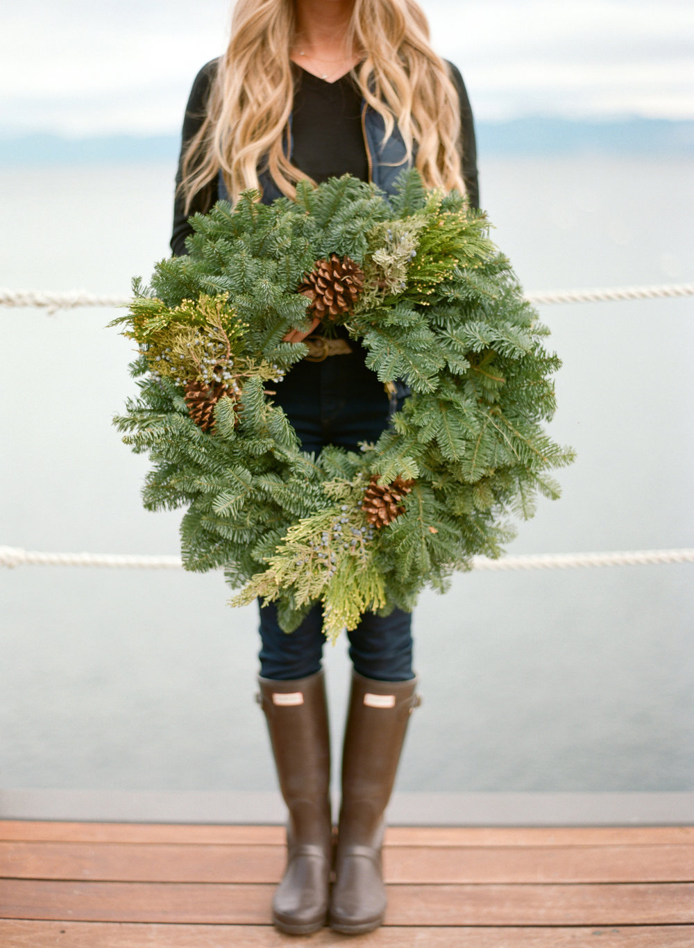 Christmas wreath & hunter boots / holiday outfit inspiration | asavvylifestyle.com {Melina Wallisch Photography}