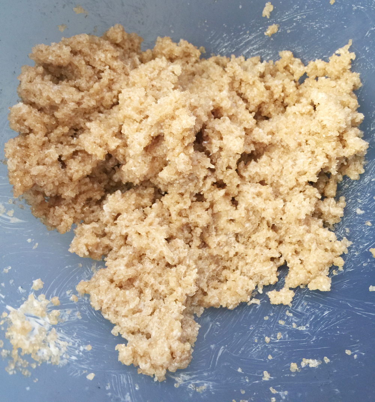 Mezcla de azúcar morena y mantequilla ligeramente pomada.